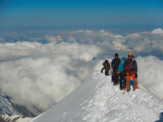 alpiniști pe creasta somitală a lui mont blanc