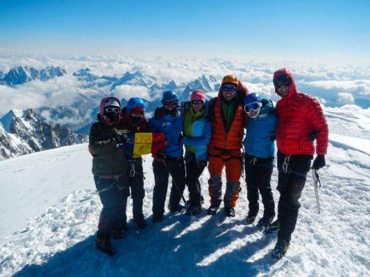 grup de alpinști pe vârful lui mont blanc