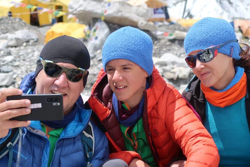 Familie fericită la sfârșit de trekking în Everest Base Camp.