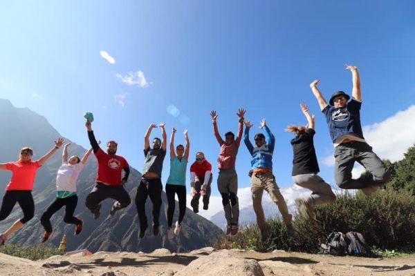 Trekkeri pe traseul de trekking în Everest Base Camp
