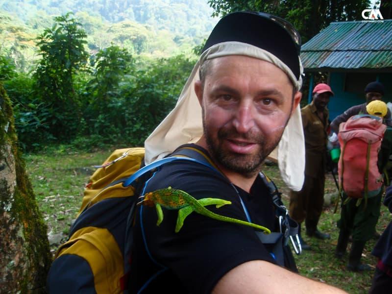 costin miu și un cameleon în uganda, rwenzori